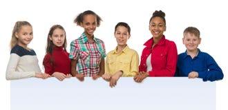 Enfants de teint différent tenant un vide Photo libre de droits