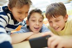 Enfants de transmission de messages Photos stock