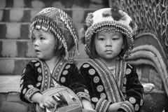 Enfants de tribu de colline dans l'habillement traditionnel chez Doi Suthep Image stock