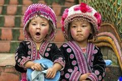 Enfants de tribu de colline dans l'habillement traditionnel chez Doi Suthep Images libres de droits