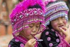 Enfants de tribu de colline dans l'habillement traditionnel chez Doi Suthep Photographie stock libre de droits