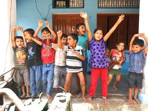 Enfants de village dans une humeur superbe-excitante dans l'Inde Photographie stock
