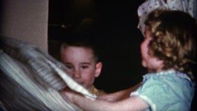 enfants (de vintage de 8mm) et cadeau de Noël d'ouverture de maman banque de vidéos