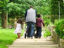 Enfants de Walking Will The de père photographie stock