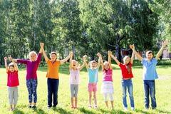 Enfants dehors en parc Images libres de droits