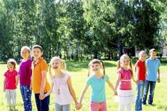 Enfants dehors en parc Photo libre de droits