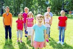 Enfants dehors en parc Image libre de droits