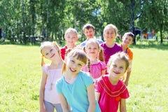 Enfants dehors en parc Photographie stock libre de droits