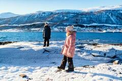 Enfants dehors l'hiver Photographie stock