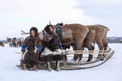 Enfants des indigènes de la séance de péninsule de Yamal Photographie stock
