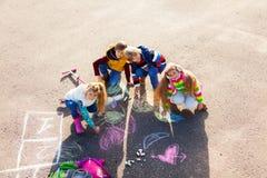 Enfants dessinant avec la craie Image libre de droits