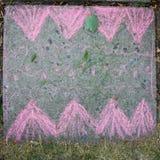 Enfants dessinant avec la craie sur l'asphalte Images libres de droits