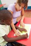 Enfants dessinant avec son professeur de ‹d'†de ‹d'†Images libres de droits