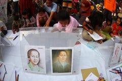 Enfants dessinant des héros nationaux Image stock