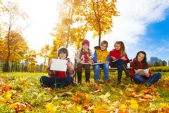 Enfants dessinant en parc Photos libres de droits