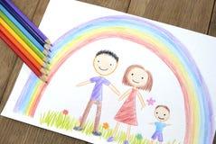Enfants dessinant la famille heureuse Images libres de droits