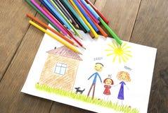 Enfants dessinant la famille heureuse près de leur maison Photographie stock