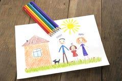 Enfants dessinant la famille heureuse près de leur maison Photos stock