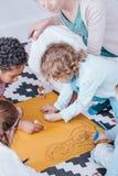 Enfants dessinant pendant des activités créatives image libre de droits
