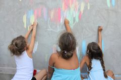 Enfants dessinant sur le mur Photo libre de droits