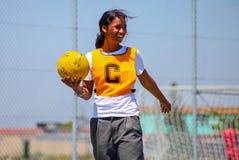 Enfants divers jouant le net-ball à l'école photographie stock libre de droits