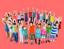 Enfants divers tenant le concept d'amitié de cercle Images stock