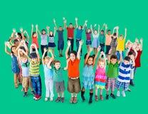 Enfants divers tenant le concept d'amitié de cercle Photographie stock libre de droits