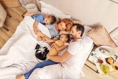 Enfants dormant avec leurs parents Images libres de droits