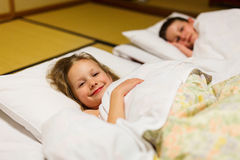 Enfants dormant dans la chambre japonaise image libre de droits