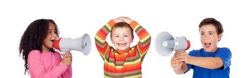Enfants drôles criant par un mégaphone à son ami Photo libre de droits