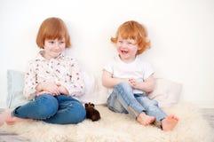 Enfants drôles jouant avec le porc photographie stock libre de droits
