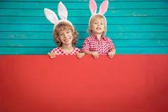 Enfants drôles portant le lapin de Pâques images stock