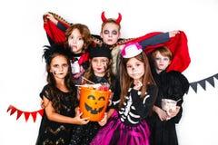 Enfants drôles riants dans des costumes dans Halloween Photos stock