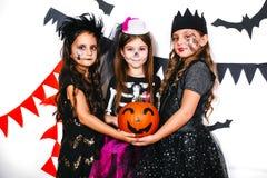 Enfants drôles riants dans des costumes dans Halloween Image libre de droits