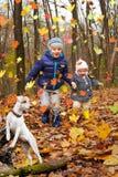 Enfants drôles sur une promenade avec un chien photos stock