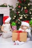 Enfants drôles dans le chapeau de Santa Photos libres de droits