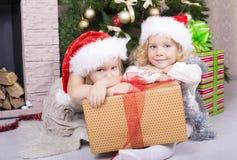 Enfants drôles dans le chapeau de Santa Images stock
