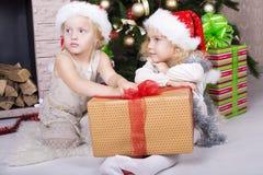 Enfants drôles dans le chapeau de Santa Photographie stock libre de droits