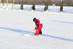 Enfants drôles heureux jouant l'hockey à la piste Images stock