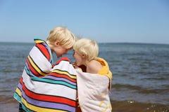 Enfants drôles jouant à la plage Photo stock