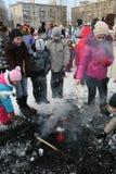 Enfants du feu par les cendres après la combustion des effigies de l'esprit du carnaval d'hiver au jour férié national Photo stock