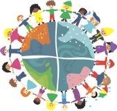 Enfants du monde pendant différentes saisons dedans   Image stock