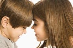 Enfants effectuant des visages. Images libres de droits