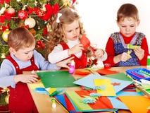 Enfants effectuant la décoration pour Noël. Images libres de droits