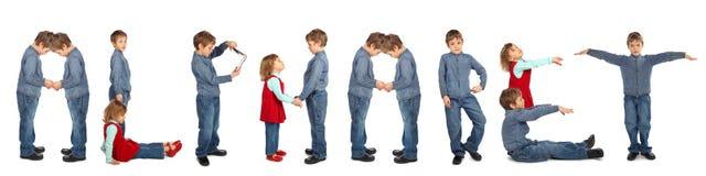 Enfants effectuant le collage de mot ALPHABET photos stock