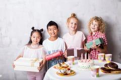 Enfants emballés mélangés ou enfants heureux sur la fête d'anniversaire image libre de droits
