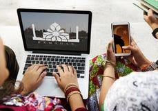 Enfants employant un ordinateur portable et un mobile avec l'espace de conception Photographie stock libre de droits