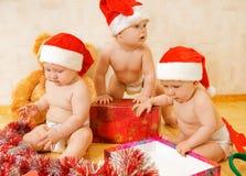 Enfants en bas âge dans des chapeaux de Noël Image libre de droits