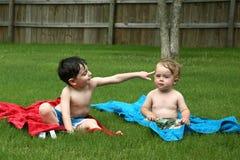 Enfants en bas âge dans l'herbe Photo stock