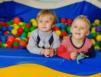 Enfants en bas âge dans la piscine de boule Images libres de droits